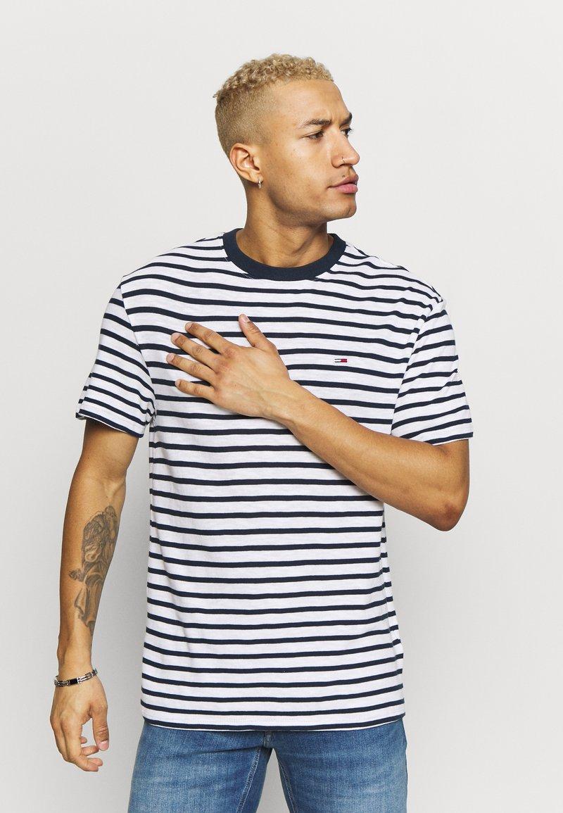 Tommy Jeans - STRIPE TEE - T-shirt z nadrukiem - twilight navy / white