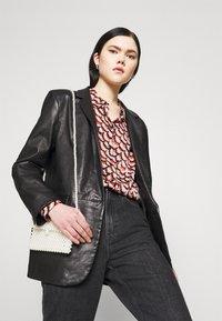 Vero Moda - VMCISSY  - Button-down blouse - chutney - 4