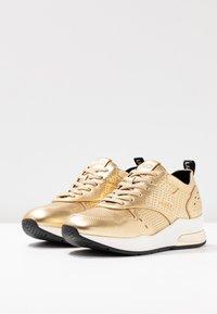 Liu Jo Jeans - KARLIE - Sneakers - metallic light gold - 4