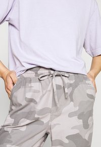 Hollister Co. - DRAPEY - Kalhoty - grey - 6