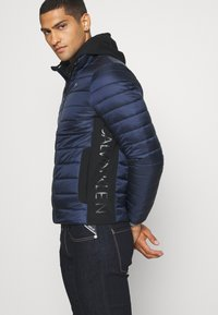 Calvin Klein - LIGHT WEIGHT SIDE LOGO JACKET - Giacca da mezza stagione - blue - 4