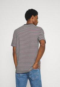 Lyle & Scott - ARCHIVE STRIPE RELAXED FIT - Print T-shirt - dark navy - 2