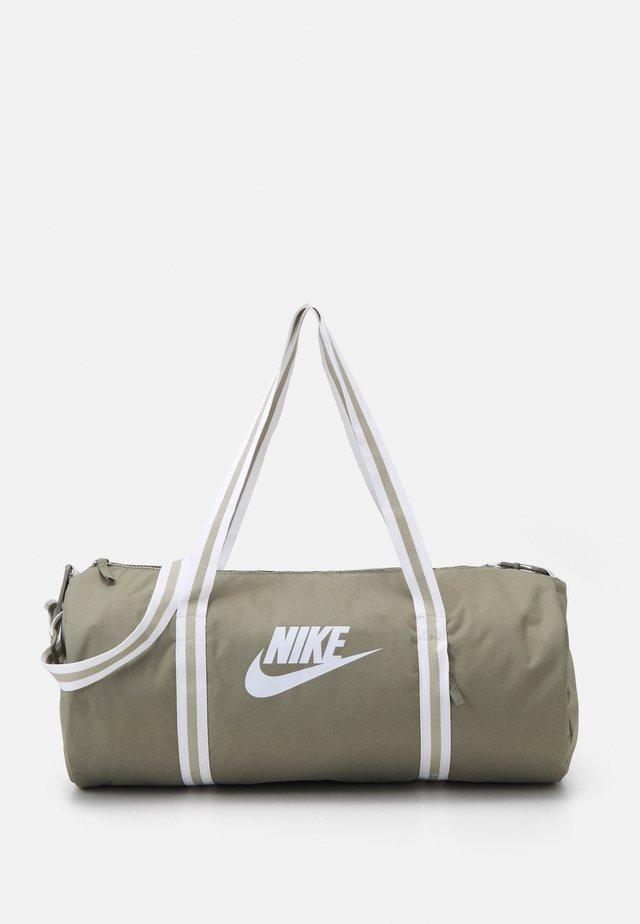 HERITAGE UNISEX - Sportovní taška - light army/white