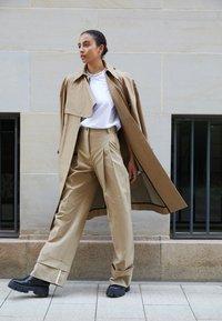 Victoria Victoria Beckham - FLARED TROUSER - Spodnie materiałowe - sandstone - 2