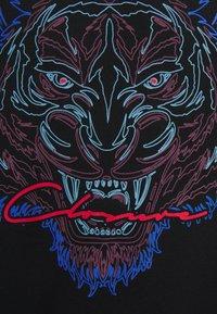 CLOSURE London - TONAL FURY TEE - Print T-shirt - black - 2