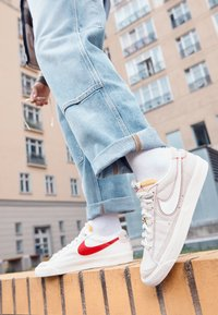Nike Sportswear - BLAZER '77 UNISEX - Trainers - light bone/summit white/university red/deep royal blue/sail/summit white - 2