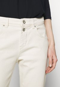 Marc O'Polo - TROUSER MID WAIST BOYFRIEND - Jeans Tapered Fit - offwhite - 4