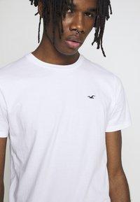 Hollister Co. - CREW SOLIDS - Camiseta básica - white - 4