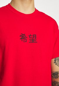 Mennace - HAVANA ETERNITY DRAGON REGULAR - T-shirt med print - red - 5