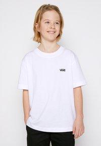 Vans - BY LEFT CHEST TEE BOYS - T-shirt basic - white - 0