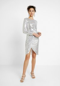 Nly by Nelly - PADDED SEQUIN DRESS - Cocktailkjoler / festkjoler - silver - 2