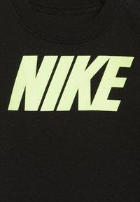 Nike Sportswear - ICON COVERALL BABY SET - Kruippakje - black - 2