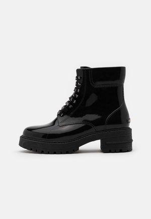CAILYN - Gummistøvler - black