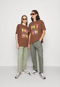 Night Addict - INFRA UNISEX - T-shirt z nadrukiem - brown/black acid wash - 1