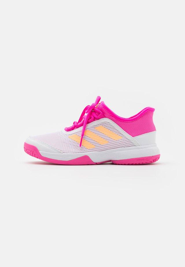 ADIZERO CLUB UNISEX - Multicourt Tennisschuh - footwear white/acid orange/screaming pink