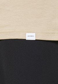 Les Deux - ENCORE  - Print T-shirt - dark sand/black - 5