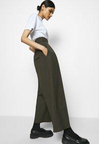 Neil Barrett - HIGH WAISTED ONE PLEAT - Trousers - olive melange - 3
