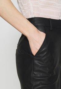 NA-KD - MATIAMU BY SOFIA HIGH WAIST SLIT PANTS - Pantalones - black - 5
