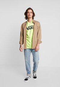 Vans - CLASSIC - Print T-shirt - sharp green/black - 1