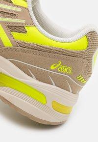ASICS SportStyle - GEL-1090 UNISEX - Sneakers - wood crepe - 5