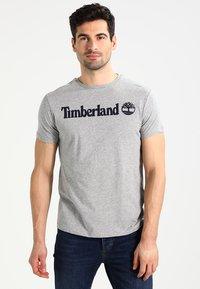 Timberland - CREW LINEAR  - T-shirt z nadrukiem - grey heather - 0