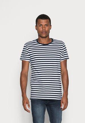 PATRICK - T-shirt med print - sapphire/white