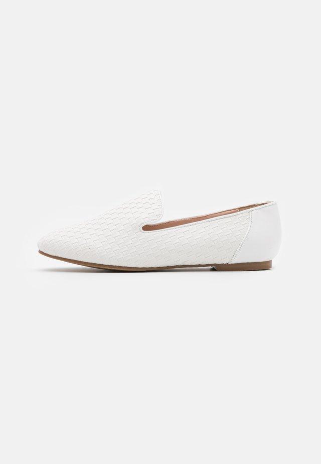 EMERSYN - Slippers - white