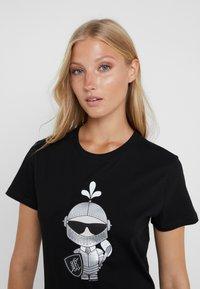 KARL LAGERFELD - KARL'S TREASURE KNIGHT T-SHIRT - Print T-shirt - black - 4