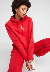 Polo Ralph Lauren - SEASONAL - Bluza z kapturem -  red - 4