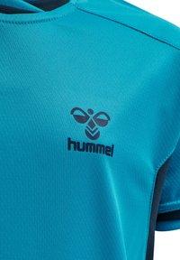 Hummel - HMLACTION POLY JERSEY S/S KIDS - Print T-shirt - atomic blue/black iris - 6