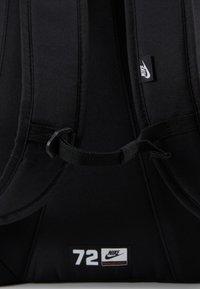 Nike Sportswear - HAYWARD 2.0 UNISEX - Reppu - black/black/white - 8