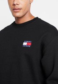 Tommy Jeans - BADGE CREW - Sweatshirt - black - 4