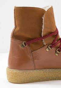 Pavement - LOLA - Kotníkové boty na platformě - tan - 2