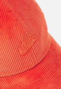 Nike Sportswear - FUTURA UNISEX - Lippalakki - light sienna - 3