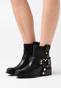 Fabienne Chapot - ANGIE - Cowboy/biker ankle boot - black - 0