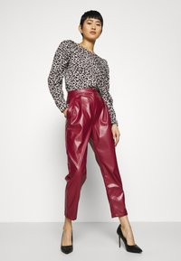 Closet - PLEATED TROUSER - Trousers - maroon - 3