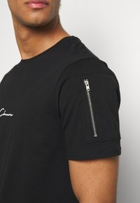 CLOSURE London - UTILITY TEE - T-shirt con stampa - black - 5