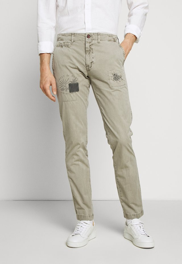 PANELED TROUSERS - Chino - moss