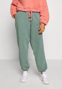 BDG Urban Outfitters - JOGGER PANT - Pantalon de survêtement - teal - 0