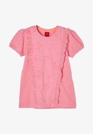 MET RUCHEACHTIG DETAIL - Print T-shirt - pink