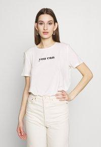 Vero Moda - VMWOMAN TEE  - T-shirts med print - snow white/black - 0