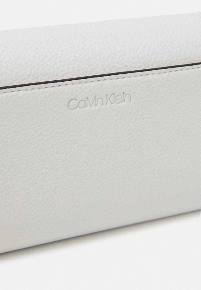 TRIFOLD - Wallet - white