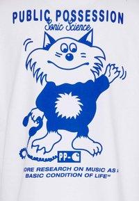 Carhartt WIP - PUBLIC POSSESSION - T-shirt med print - white/blue - 2