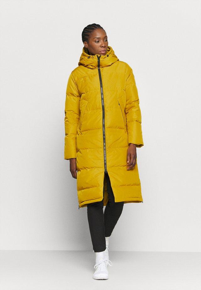 BIELLA COAT - Abrigo de plumas - mustard