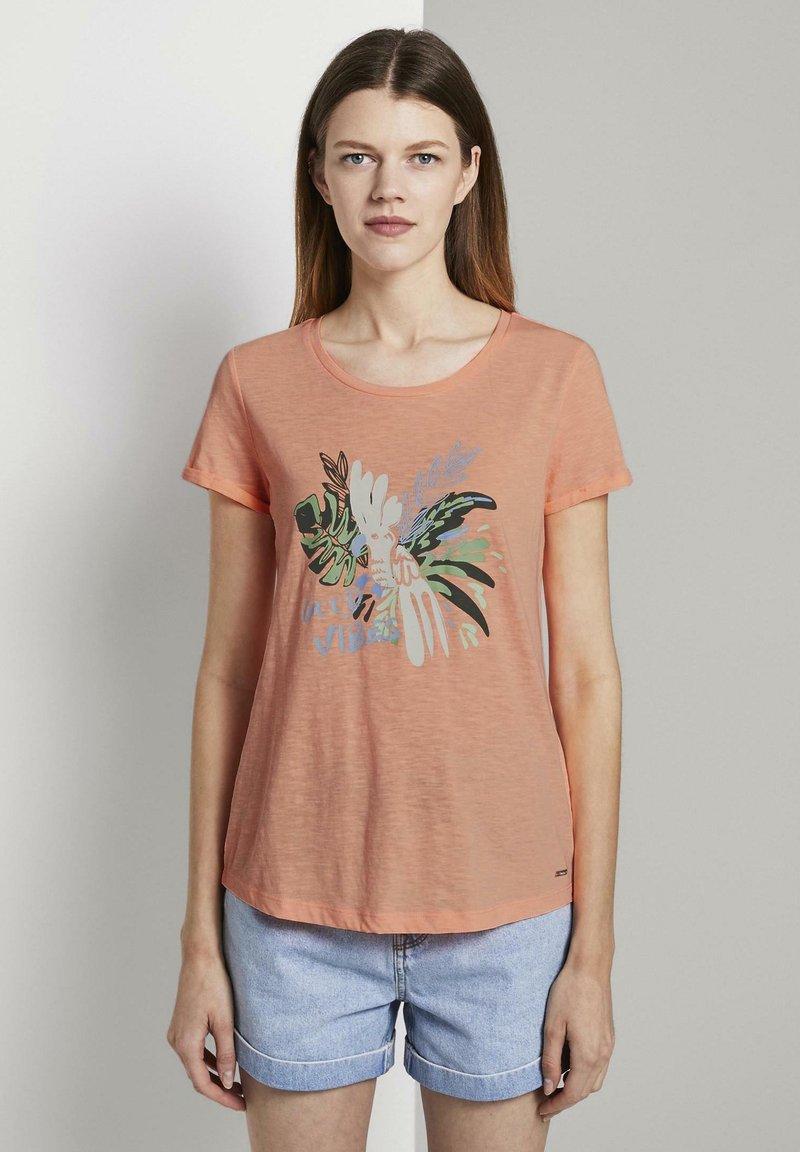 TOM TAILOR DENIM - MIT BRUSTPRINT - Print T-shirt - papaya neon orange