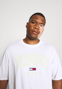 Tommy Jeans Plus - SHADOW TEE - Print T-shirt - white - 3
