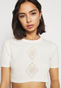 Glamorous Petite - POINTELLE SHORT SLEEVE CROP - Print T-shirt - cream - 3