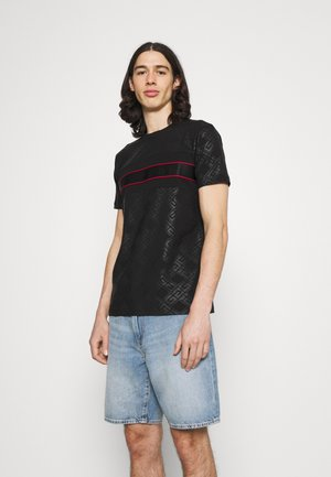 MINOS TEE - Print T-shirt - jet black/red