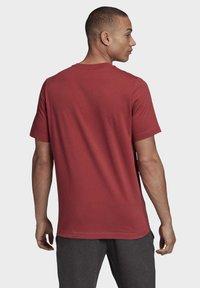 adidas Performance - MUST HAVES BADGE OF SPORT T-SHIRT - Camiseta estampada - red - 1