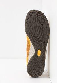 Merrell - TRAIL GLOVE 5 - Minimalistické běžecké boty - gold - 4